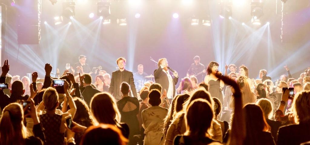 Showbøcks syngende servitører er det tøffeste du kan tilføre en fest! Foto: Paul Lockhart, Mustaschmedia
