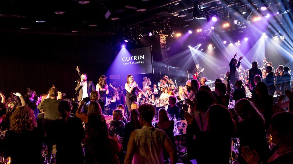 Showbøcks syngende servitører på Geilo