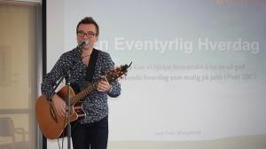 Tom Wangerud krydrer med musikkinnslag